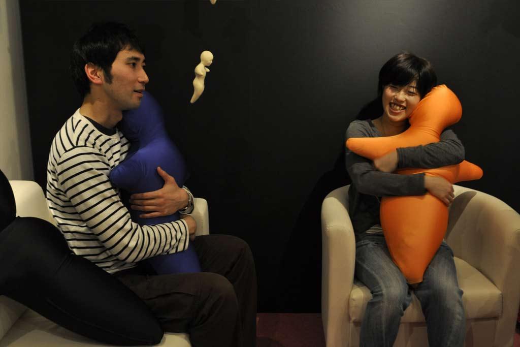 hugvie le coussin japonais qui vous permet de faire des calins longue distance. Black Bedroom Furniture Sets. Home Design Ideas