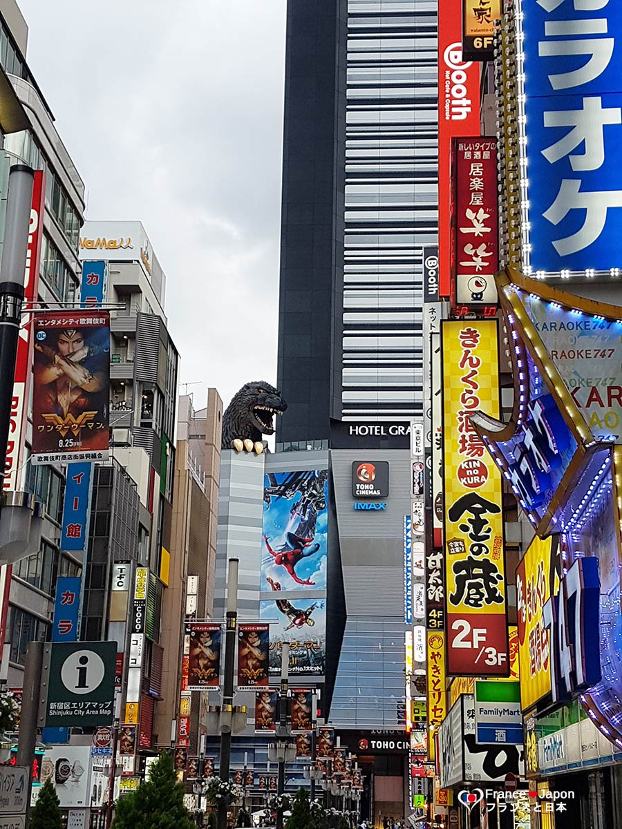 voyage japon tokyo shinjuku tete geante godzilla hotel gracery Shinjuku Toho Building
